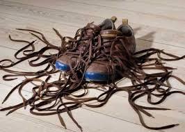 cara memakai sepatu dengan benar